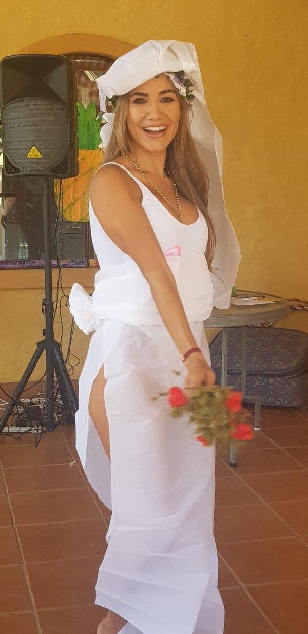 En uno de sus rituales de despedida de soltera, Meli fue vestida por sus amigas con un traje confeccionado con papel higiénico. Hasta eso se le ve bien a la bandida muchacha ¡qué guapa que es! Foto Fabiola Mora/para La Nación