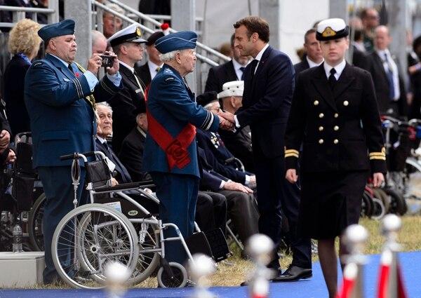 El presidente francés, Emmanuel Macron, saludó al teniente general canadiense Richard Rohmerdurante la conmemoración de los 75 años del desembarco aliado en Normandía, Francia. La ceremonia tuvo lugar este miércoles 5 de junio del 2019 en Portsmouth, Inglaterra.