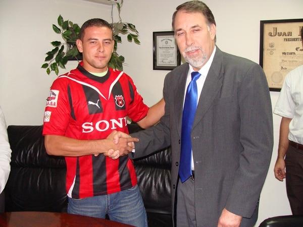 El volante Juan Gabriel Guzmán fue presentado como jugador liguista en mayo de 2010. En aquel momento lo acompañó Aquiles Mata, asesor legal del equipo rojinegro. | ARCHIVO