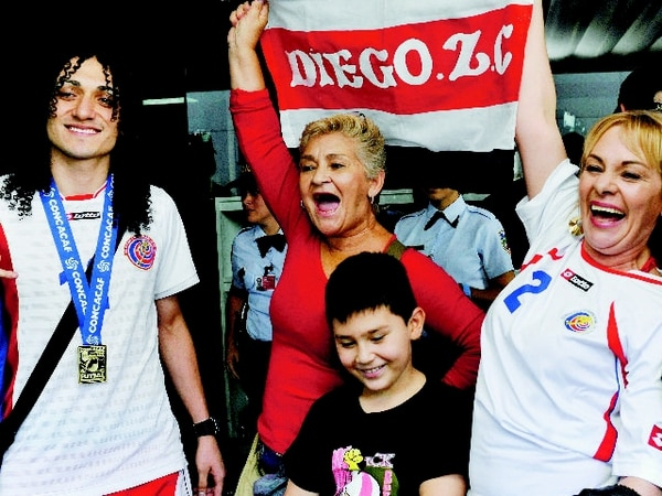 Diego Zúñiga fue recibido en julio pasado por Cecilia Camacho, Rosa Cambronero, Jefferson Córdoba y Aracely Cambronero a su regreso de Guatemala, cuando ganó con la Tricolor el título de la Concacaf. | ARCHIVO LN