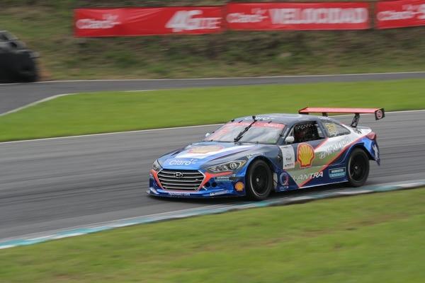 Danny Formal, piloto de la escudería Hyundai, en una de las curvas de la competencia.
