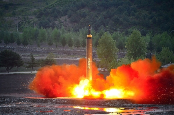 Un misil de alcance intermedio Hwasong-12 despegaba el domingo desde un sitio de lanzamiento en una ubicación no identificada en Corea del Norte.