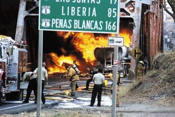 En el accidente perdieron la vida los dos ocupantes del trailer que colisionó con el cisterna.