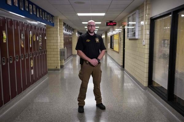 John Pence, oficial de la Policía del condado de Shelby, Ohio, prestaba vigilancia en el Sidney High School de la población de Sídney, el 31 de octubre del 2019.