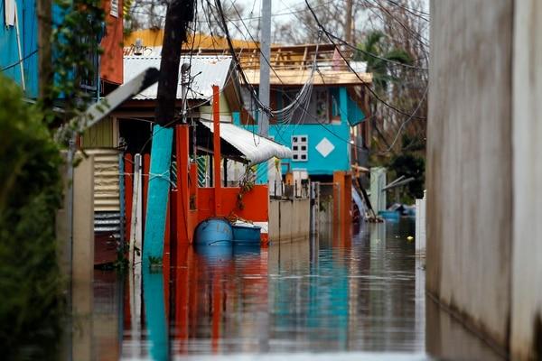 El huracán María ya se alejó de Puerto Rico, pero las consecuencias quedaron: inundaciones y destrucción, falta de electricidad y de agua potable.