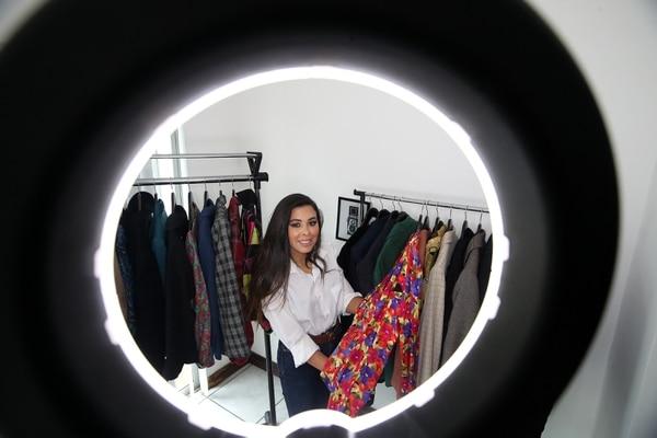En la tienda Curate by Amore & Mocca se encargan de hacerle curaciones a la ropa de segunda mano y se han encargado de cambiar el concepto de este negocio en uno que es a la moda, vintage y con el que se contribuye al medio ambiente. Foto: John Durán.