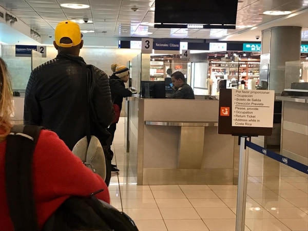 Ticos este jueves a primera hora a su ingreso al país por el Aeropuerto Juan Santamaría. En el control migratorio es donde se les entrega la orden sanitaria que los obliga a aislarse por 14 días. / LN: Archivo.