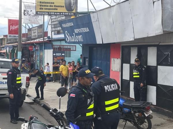La Fuerza Pública tenía a la 1 p. m. acordonado el sitio, en barrio Cuba, San José, a la espera de agentes del OIJ.