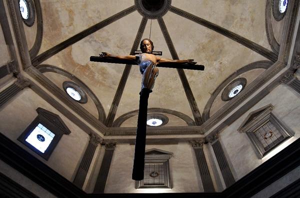 El crucifijo de Miguel Ángel creado en 1493 se expone de nuevo en la iglesia de Santo Spirito de Florencia. / AFP