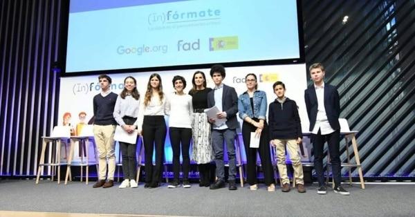 La reina Letizia (centro) junto a estudiantes españoles durante la presentación del programa (In)fórmate. Fotografía: (In)fórmate.