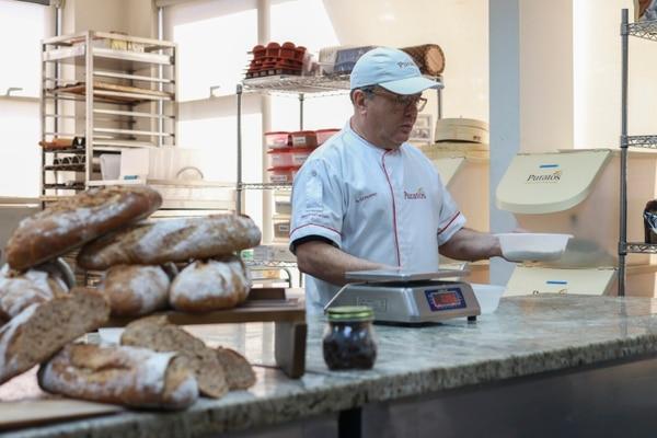 El panadero Guillermo Cordero, jefe de cocina de la empresa Puratos, enseña el proceso de hacer masa madre y cómo conservarla. FOTO: Jonathan Jiménez para La Nación.
