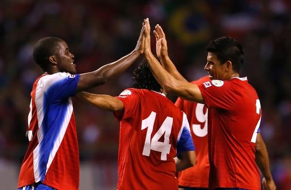 Los jugadores de la Tricolor se felicitaron el martes tras la victoria ante México. En la foto, Joel Campbell, Randall Brenes y Johnny Acosta.   AF