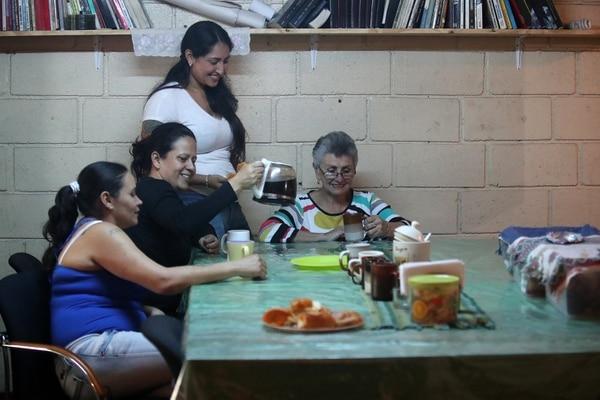 Nuria es como una mamá para las reclusas de El Buen Pastor. En la imagen con XInia Siles, Gloria Ortiz y Karla Nava, de la Casa de Paz. Fotografía: John Durán.