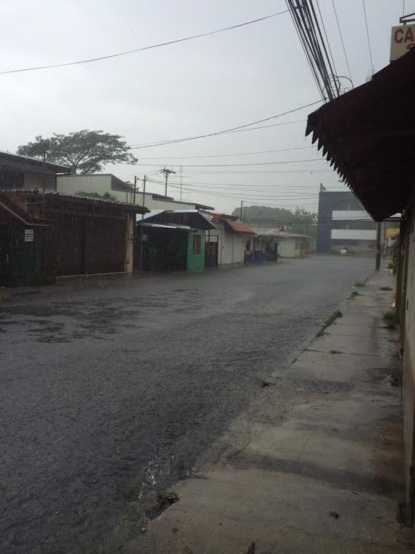 En el barrio Los Ángeles, en el centro de Liberia, el agua desbordaba las alcantarillas a las 2 p. m.