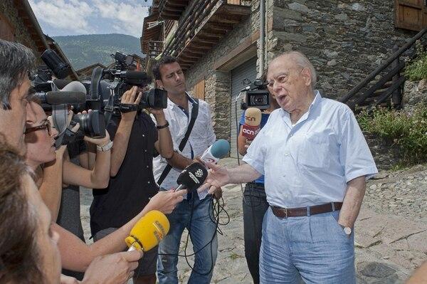 Jordi Pujol habla con la prensa fuera de su casa veraniega en el municipio gerundense de Queralbs.   EFE