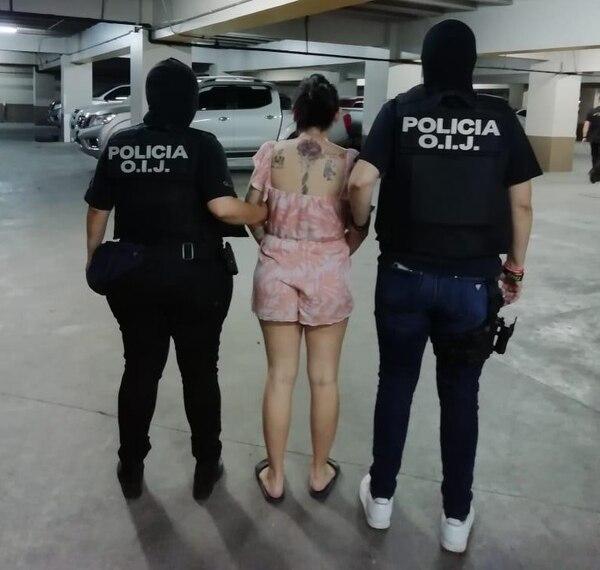 Gómez Espinoza fue detenida en un centro comercial de Palmar Norte de Osa, Puntarenas. Agentes judiciales la trasladaron para ponerla a las órdenes del Ministerio Público. Foto: OIJ para LN