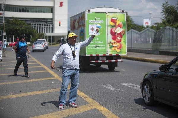 Juan Carlos Aguilera ofrece entradas para el juego Costa Rica - Haití, frente al Estadio Nacional.