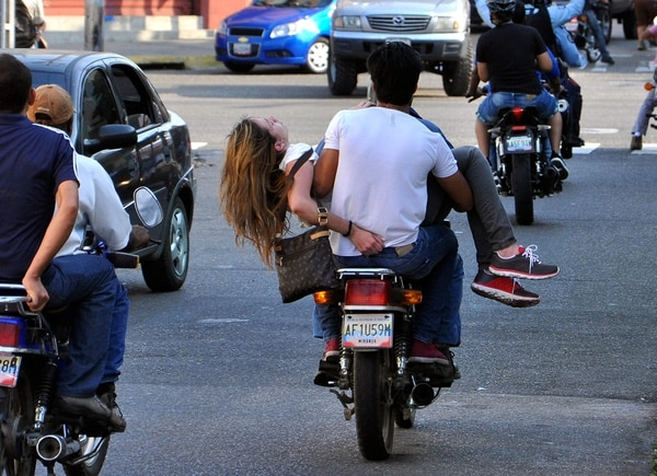 Génesis Carmona fue trasladada inconsciente a bordo de una moticicleta, tras recibir un balazo en la cabeza.