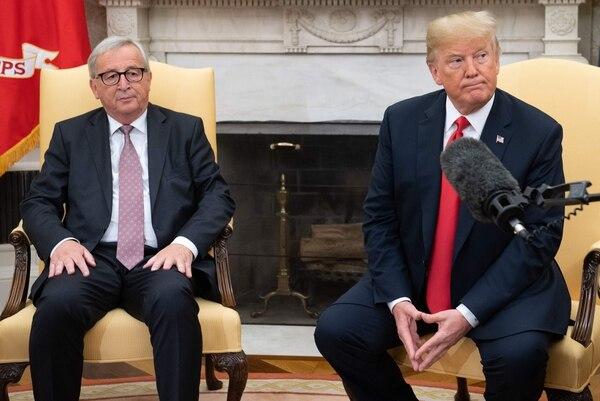 El presidente de la Comisión Europea, Jean-Claude Juncker (izquierda), y el presidente de Estados Unidos, Donald Trump, se reunieron el miércoles, en la Casa Blanca, para analizar el tema comercial. Foto: AFP / Saúl Loeb