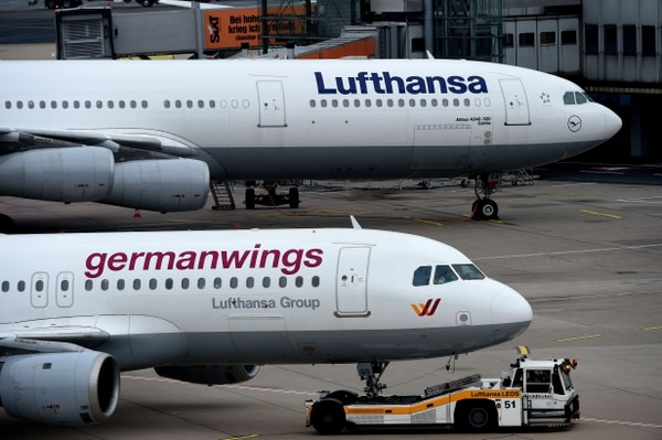 Un avión Airbus de la aerolínea alemana Lufthansa (arriba) y un plano de la filial Germanwings de la compañía se encuentran en el aeropuerto de Duesseldorf, Alemania.