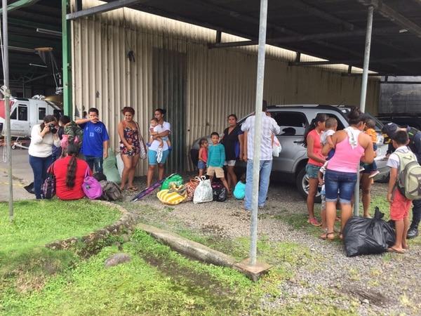 En el aeropuerto de Guápiles ya se trabaja en la evacuación de personas.