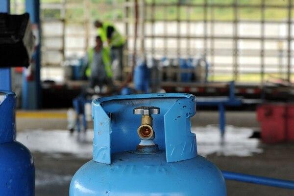 Cuando entre a regir el nuevo reglamento, las empresas envasadoras de gas deberán destruir cada uno de los cilindros defectuosos. Asimismo, todos los tanques deberán tener válvula de rosca. | ALONSO TENORIO