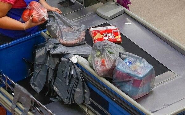 De aprobarse la ley, los supermercados deberán buscar otros materiales para empacar. | JORGE ARCE