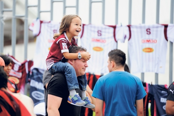Allan Araya llevó ayer al clásico a su hijo Saúl. El pequeño lucía feliz, totalmente identificado con los colores del Saprissa. | MELISSA FERNÁNDEZ
