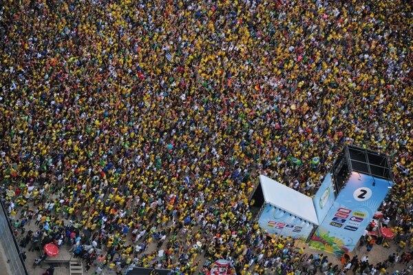 Miles de fanáticos asistieron al FIFA Fan Fest en Rio de Janeiro, el pasado 8 de julio, día en que jugaban la semifinal Brasil y Alemania.