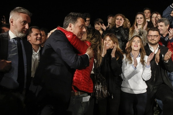 Matteo Renzi celebró este domingo el triunfo de las elecciones con sus seguidores en Roma.