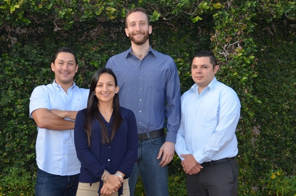 Luis Carlos Morales, Mónica Figueroa, Amir Translateur y Jairo Navarro son los creadores de Ellephant, un sistema para registrar el ingreso de niños en busetas escolares y centros educativos.