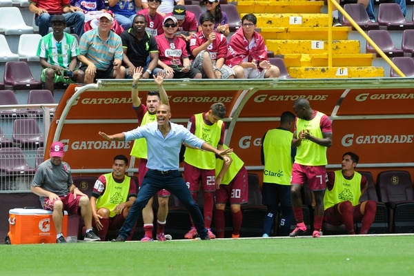 Douglas Sequeira debuta en el banquillo del Saprissa ante Limón en el duelo correspondiente a la jornada 10.