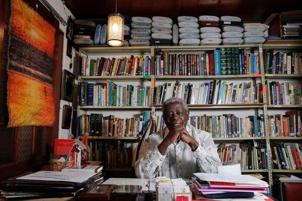 El limonense en la biblioteca de su casa en Santo Domingo de Heredia. Foto: Mayela López