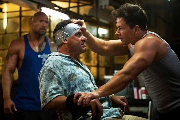 El actor Tony Shalhoub, muy conocido por la serie Monk , interpreta a un odioso millonario en Sangre, sudor y gloria . El personaje que encarna Mark Wahlberg y compañía, terminarán por secuestrarlo en la película. ROMALY PARA LA NACIÓN