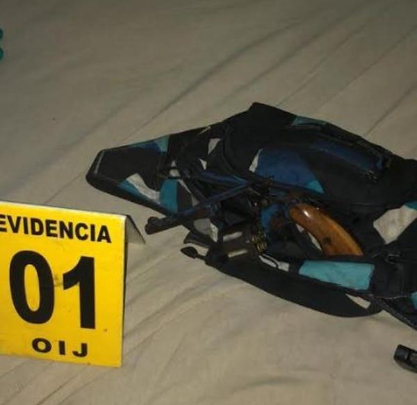 Entre lo decomisado al sospechoso destaca este revólver calibre 22. Foto: OIJ