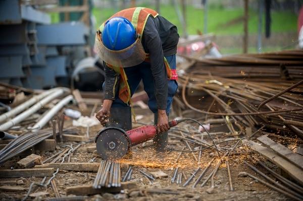 El seguro de Riesgos del Trabajo (RT), según el INS, aumentará la prima para todos los patronos del país y elevará los costos de producción. (Foto ilustrativa) | JOSE CORDERO