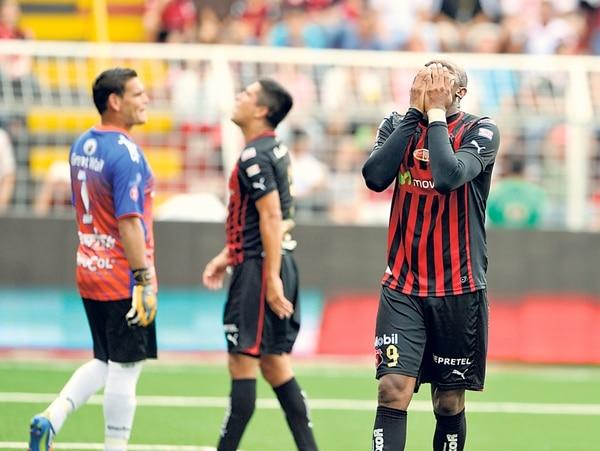 Jerry Palacios (derecha) se lamenta. Carmelita le ganó, 1-2, a Alajuelense el pasado 11 de agosto.   ARCHIVO