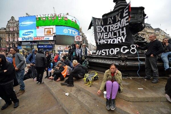 Manifestantes anticapitalistas colocaron una bandera en las plazas de Oxford Circus y Piccadilly Circus, en protesta de la cumbre del G8 que se celebrará el próximo 17 y 18 de junio.   AFP