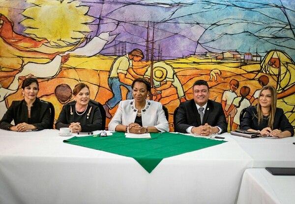 La jefa de fracción del PLN, Maureen Clarke (al centro), urgió más diálogo en el bloque opositor. Con ella, de izquierda a derecha, Paulina Ramírez, Lorelly Trejos, Ronny Monge y Karla Prendas. | GABRIELA TÉLLEZ