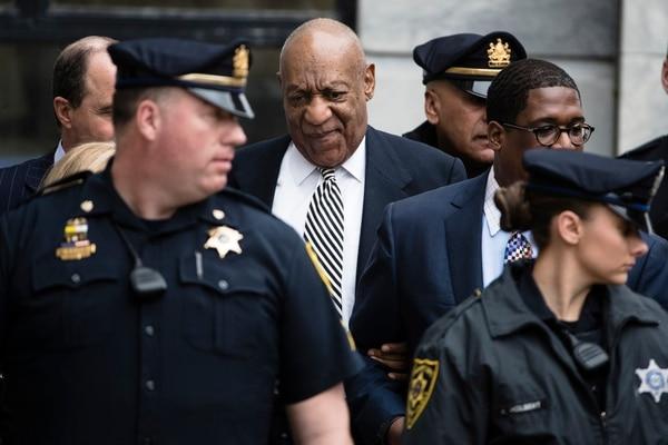 En esta foto de archivo del 3 de abril de 2017, el actor Bill Cosby se va después de una audiencia previa al juicio en su caso de agresión sexual en el tribunal de Montgomery County en Norristown, Pa.