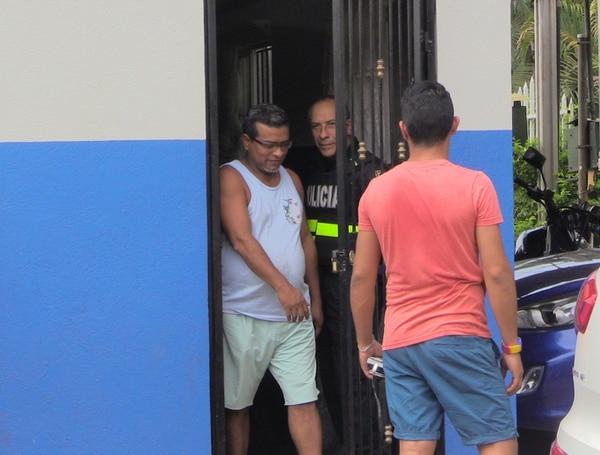 El diputado Carlos Hernández, del Frente Amplio, estuvo detenido en la delegación de Esparza, toda la mañana del sábado y salió una vez que recibió medidas cautelares, entre ellas no acercarse a su pareja.