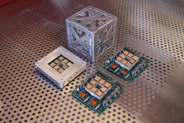 Conocidos como picosatélites –o su nombre comercial CubeSat– están limitados a una volar altura de 420 kilómetros sobre la tierra y su bajo costo hace que cumplan su misión en un lapso de siete meses. Foto cortesía del TEC
