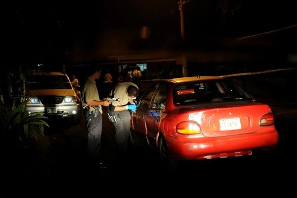 Agentes judiciales revisaron de manera minuciosa el vehículo que conducia el taxista en barrio San Francisco de Curridabat. Marcela Bertozzi