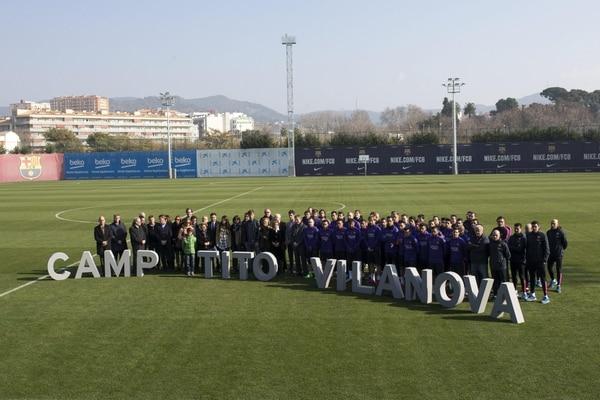 Los jugadores del Barcelona participaron en la ceremonia en la cual se renombró como Tito Vilanova, al campo de entrenamiento del equipo.