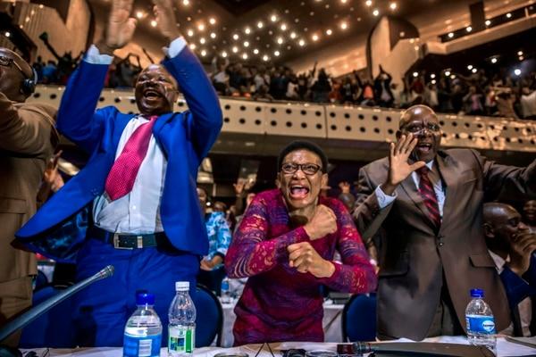 Los miembros del Parlamento de Zimbabue celebran, en Harare, luego de conocer la dimisión de Mugabe.
