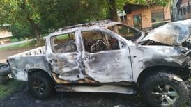 Vehículo vinculado con aparente retención fue quemado en las afueras de los Tribunales de Osa