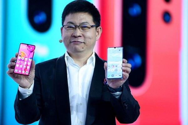 El CEO de la División de Productos de Consumo de Huawei en China, Richard Yu, presenta el nuevo teléfono inteligente P30, en París. Foto: AFP