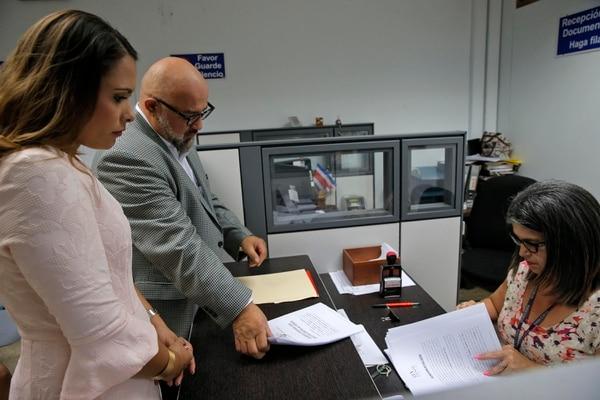 Ivonne Acuña en el momento en que presenta la demanda junto al abogado Federico Campos, en el Tribunal Penal de Juicio del Primer Circuito Judicial de San José. Fotos: Mayela López
