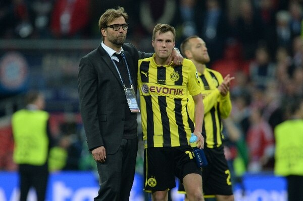 Klopp consuela a Kevin Grosskreutz tras la derrota del Borussia Dortmund. | AFP.