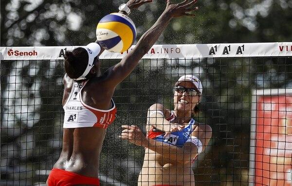 Karen Cope (de espaldas) intenta bloquear el remate de una de las jugadoras de República Checa.